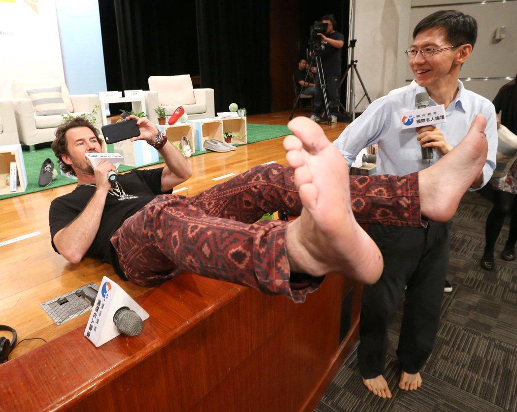 TOMS創辦人麥考斯基昨天出席「2015國際名人論壇」,麥考斯基等人脫下鞋自拍上...