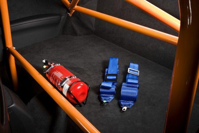 車內放一個乾式滅火器,有其必要性,價格從七百多到兩三千元不等。 BMW提供