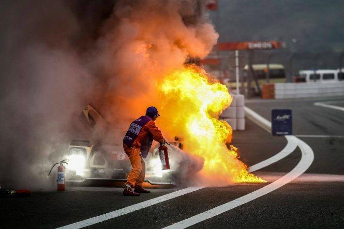 火燒車發生之初都會先出現濃煙,火勢不大,可利用車內滅火器及時撲滅,減少損失。 F...
