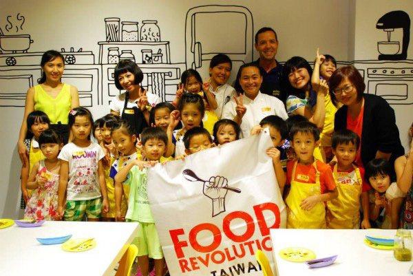傑米•奧利佛飲食基金會執行長尼爾洛•維爾來台,與Mini Cook 學童一起體驗...