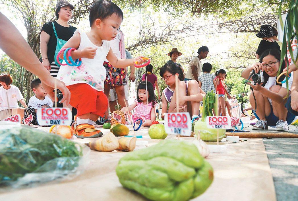 台灣響應英國名廚傑米‧奧利佛發起的「飲食革命日」活動,昨天在台北榮星花園舉辦親子...