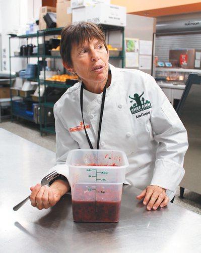 凱賽中學所在的博德市,五十二所學校的校園午餐,都由知名主廚安.古柏(Ann Co...