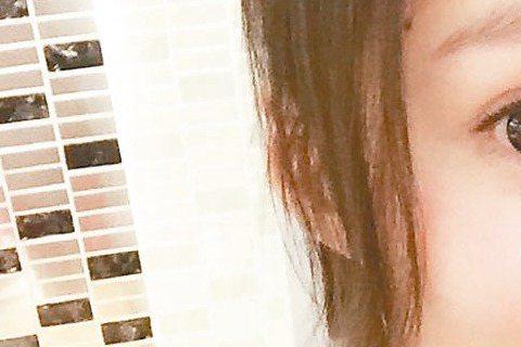 張韶涵近半年瘋狂迷上自己做麵包,從揉麵糰到等發酵完成,有模有樣。張韶涵最近忙著拍攝電影「碟仙詭談2」,休息空檔,她都會穿起圍裙下廚,專攻耗時費工的麵包,她說:「喜歡做麵包的過程,手工揉麵糰看似很多步...