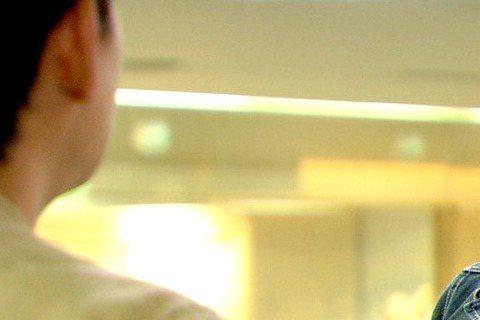 陳乃榮在三立、東森「好想談戀愛」中朝陳凱旋揮拳,竟把對方揍到噴鼻血,拍這場戲時原先都是借位揮拳,誰知最後一拍揮拳時,陳乃榮距離及力道未抓準,拳一揮下去就正中陳凱旋的鼻子,當場鼻子就受傷噴血,粉絲也直...