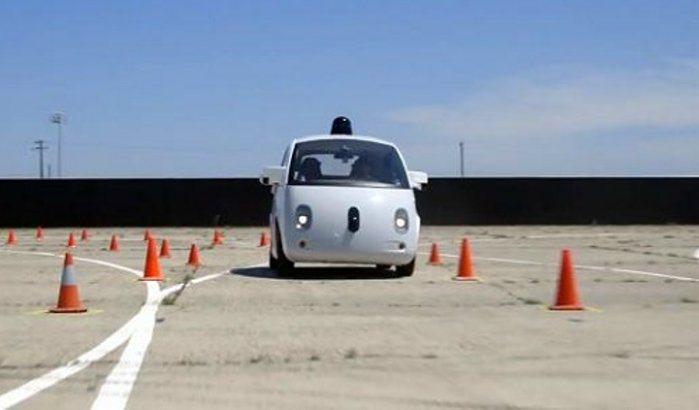 影片中可以看到這部無人車可精準地循著錐筒路線前進,過程相當順暢。 擷取Youtu...