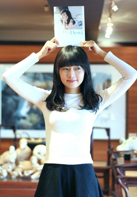 與最近推出個人文字寫真書的Dewi簡廷芮聊起「覺得自己跟別人不一樣的地方是?」,她竟然回答「我喜歡吃一些別人覺得『蛤!你怎麼會吃這種無聊的東西』」,無聊的東西?其實是很養生的唷!Dewi說:「我早上...