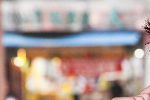 據壹週刊報導,余祥銓半夜遭人開車拖行百尺,造成下巴、手臂剉傷,血跡斑斑,不過他卻怕又被貼上「媽寶」、「靠爸」標籤,想自行低調處理,沒想到回家時卻被媽媽李亞萍看到受傷慘樣,李亞萍只得半夜幫余祥銓清裡傷...