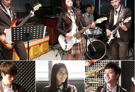 韓國電視劇《橘子果醬》公開了一組劇組,呂珍九、AOA成員雪炫、CNBLUE成員李宗泫組成的花樣樂團吸引了觀眾們的關注。在公開的照片中,雪炫拿著白色的電吉他熱唱,呂珍九和李宗泫都專心看著譜子伴奏,即使...