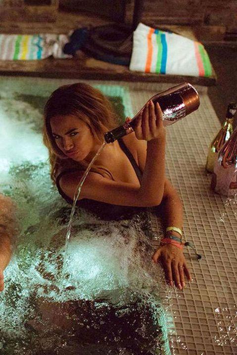 西洋歌壇天后碧昂絲最近與妮琪米娜合作《Feeling Myself》MV,不過當中一幕碧昂絲將香檳倒進浴缸當洗澡水的一幕,讓網友哀嚎,把我大學學費都倒光啦!據悉,該瓶香檳是一瓶要價2萬美元的黑桃王牌...