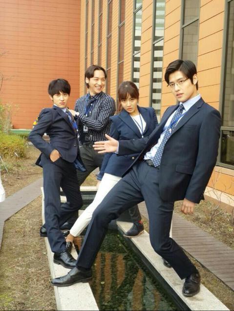 演出電視劇《未生》、電影《二十》的男星姜河那最近登上了tvN節目《名單公開2015》引起了關注,而他過去和《未生》伙伴們的搞笑合照也再度曝光!照片中姜河那與任時完、姜素拉、卞耀漢擺出搞怪POSE,還...