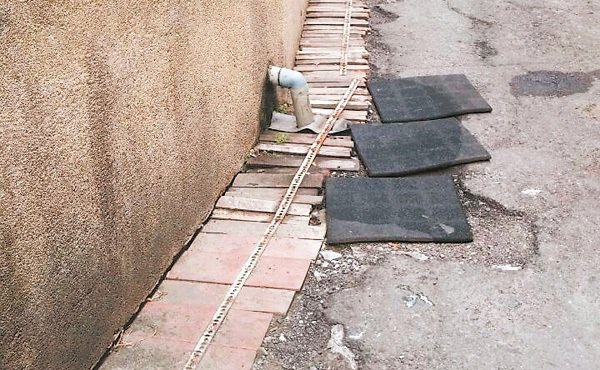 翻修前,嘉義市芳春公寓出入巷弄通道,原本路面破爛。 記者魯永明╱攝影
