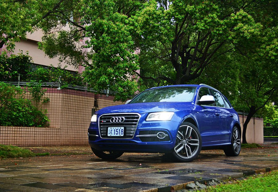 Audi的SQ5在操駕樂趣與安全之間找到一個平衡點,讓玩家得以放膽而充分享速度的...