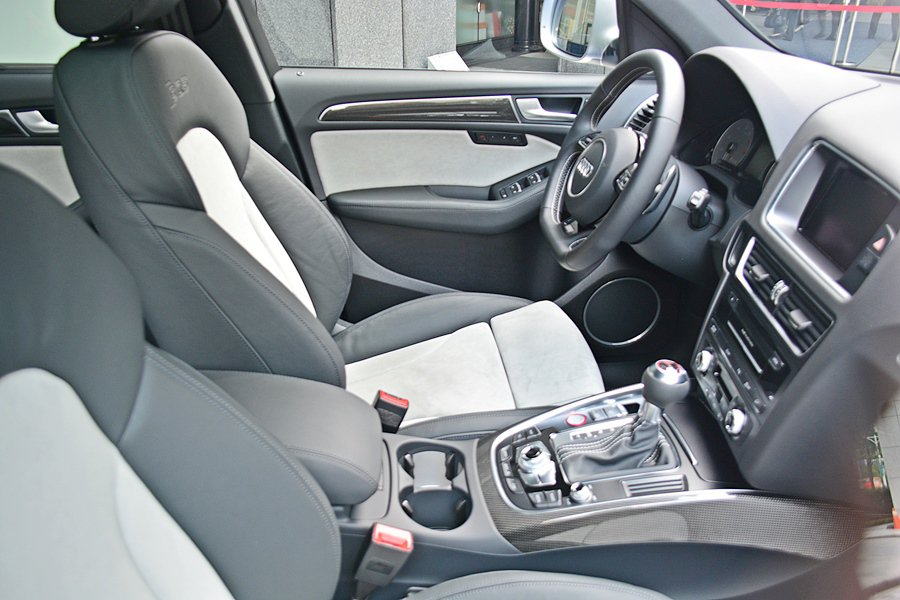 座艙基本構型和Q5一樣,運用軟質細緻的塑料搭配金屬飾條、碳纖維飾板與頂級的皮革,...