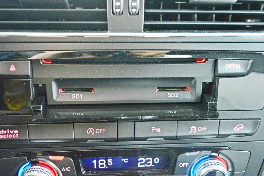 中控台6.5吋幕內建MMI多媒體系統,並整合CD/DVD、藍牙無線通信,還有雙S...