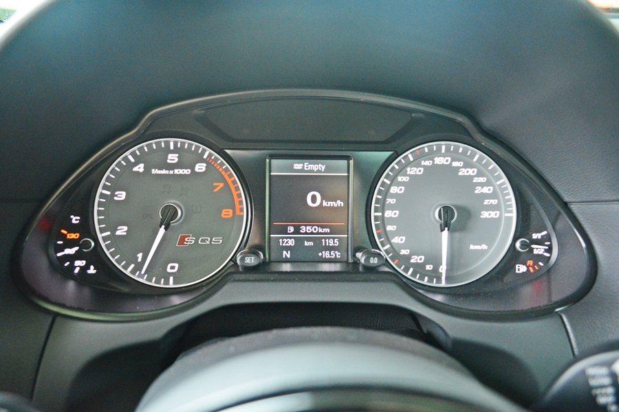 雙環設計和中央DIS多功能行車資訊顯示螢幕外之外,更有灰色刻度、白色指針及鋁質外...