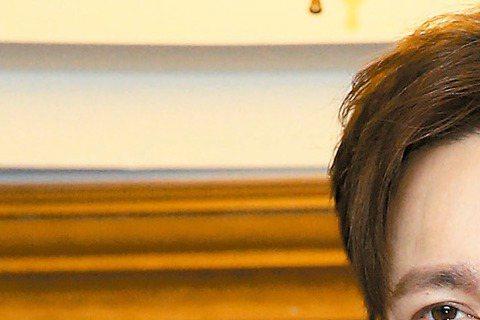 歌手李聖傑前年爆出未婚生子風波,拖了好久,本月初經高雄地院判賠224餘萬元,還可上訴。他昨出席「中大百年校慶演唱會」活動,對賠款遠比求償的790萬元少很多,淡淡表示損失已非金錢能衡量,倒是對女方遲未...