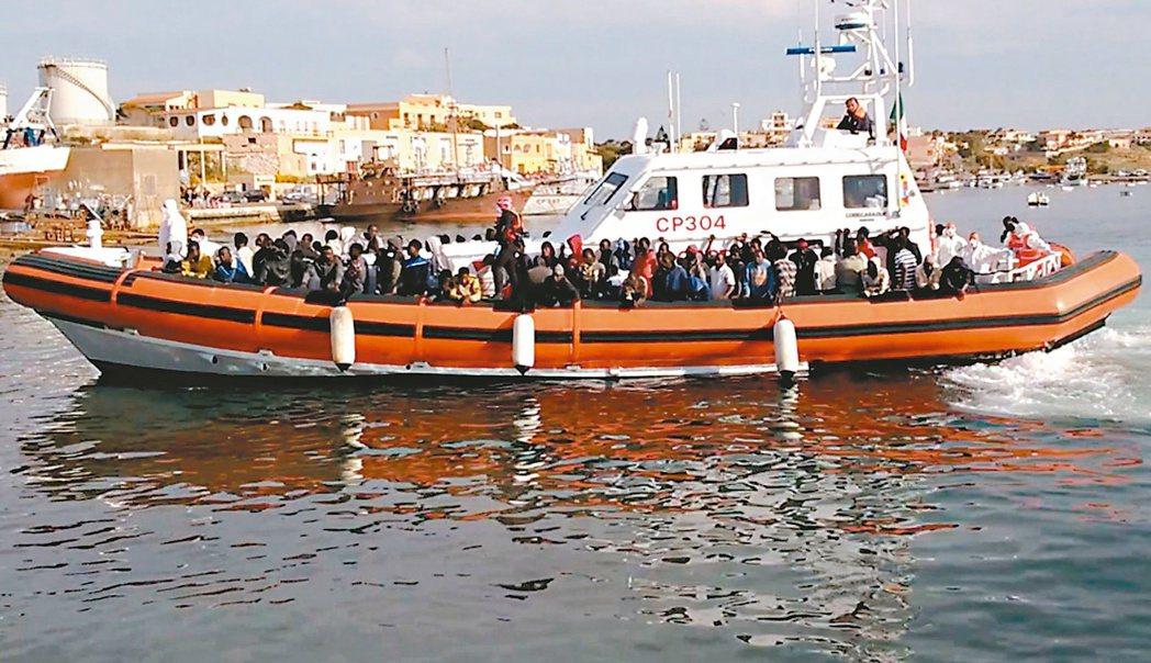 4月19日一艘從利比亞出發、搭載900多名非洲移民的船隻,在橫渡地中海時不幸翻覆...