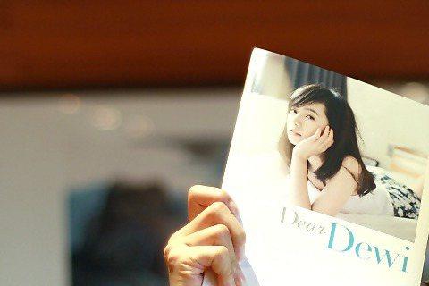 Dewi簡廷芮最近出版的個人文字寫真書,除了美圖外,也告訴了大家她的成長故事唷!她曾在書中提及媽媽管教很嚴,那麼未來自己有小孩的話,也會和媽媽一樣的管教方式嗎?Dewi說:「有一些是可以學習的,但是...