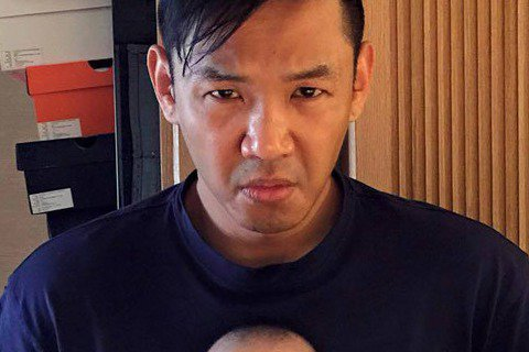 范范(范瑋琪)昨日在其臉書PO文「媽媽在唸爸爸的時候,小孩子不可以幫著爸爸瞪媽媽啦」,還放上黑人(陳建州)抱著雙胞胎其中一個,父子2人都用一樣哀怨的表情盯著范范的照片。父子相似程度讓網友驚呼「超像欸...