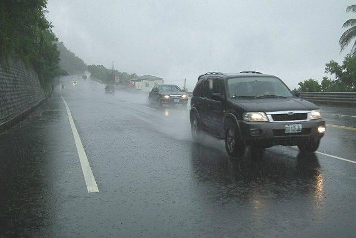 綿密的雨勢在短時間內即會讓道路產生嚴重積水的情況,輪胎安全性格外重要。 發燒車訊