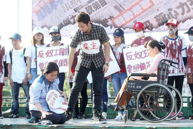 台灣引進外勞的模式是,「單一雇主+單一職業」的二重專屬性,讓僱主掌握絕對的壟斷性,嚴格限制外勞的流動自由。 攝影/記者黃威彬