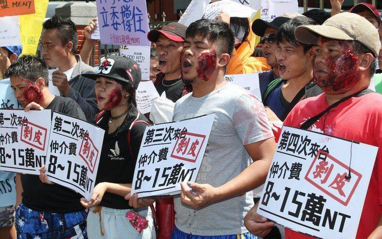 雇主每個月可「依法」自外勞薪資中扣除1,800元的服務費給台灣仲介,再加上食宿費每月雇主可「合法」從薪資扣除每月5,000元,實際進到外勞口袋的薪資少之又少。 攝影/記者陳柏亨