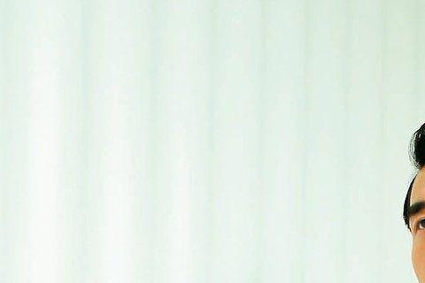 因拍「16個夏天」而人氣翻紅的楊一展,今年夏天卻很blue?原來是應邀拍攝星品味,換上整身PRADA春夏勁裝,60、70年代復古剪裁的深藍色系西裝、外套及襯衫等單品,或正式或休閒都帥氣有型。
