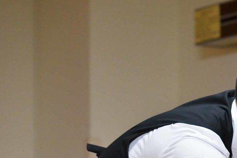 竇智孔主演三立「好想談戀愛」,戲中資深演員王道飾演他的父親,2人劇中父子關係劍拔弩張,還為了「私奔」問題,父子大吵,又在病床上進行大和解,面對王道躺著拍都有不容忽視的威嚴感,竇智孔開玩笑表示:「眼淚...