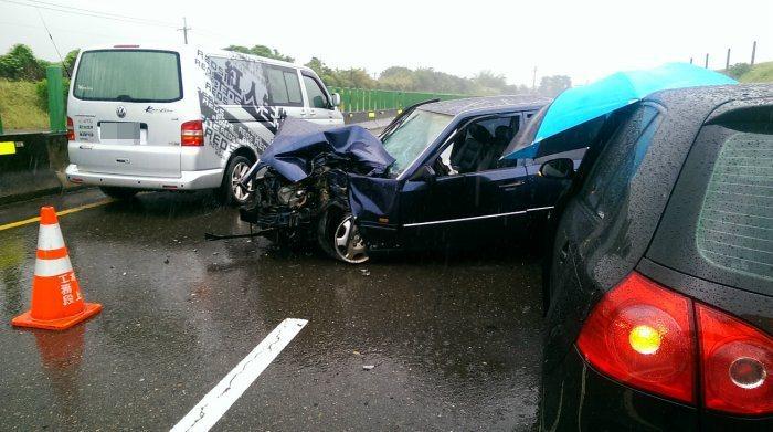 車輛順順開在道路上,既沒有超速也沒有激烈駕駛,為何會發生如此慘重意外?原來都是水...