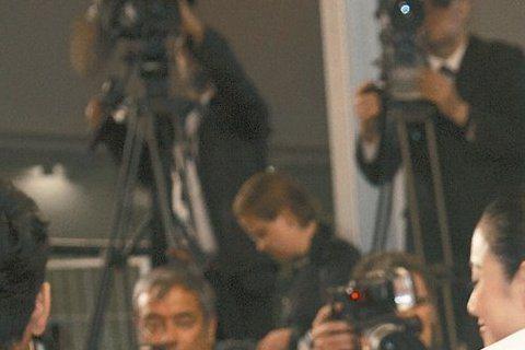 坎城影展花絮多,這兩日侯孝賢執導的「聶隱娘」首映新聞與影評,帶來網路最夯議題,張震出席首映身著GIORGIO ARMANII白色雙鈕禮服外套,配襯黑色背心和長褲,頗為點睛。