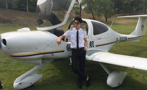 汪東城昨出席遼寧衛視明星真人秀「衝上雲霄」,將在節目中學開飛機,他因工作也經常當「空中飛人」,很喜歡在空中翱翔的感覺,透露小時候的天真願望就是當超人或是有翅膀的人,可以飛在空中。節目優勝者可獲得一架...