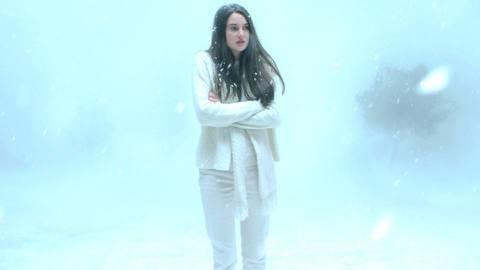 青春女星雪琳伍德莉雖因「分歧者」系列走紅,但也不排斥獨立製片,從她在「神祕肌膚」導演葛瑞格荒木的電影「暴風雪中的白鳥」,就可看出她努力求突破的決心。在「暴」片裡,雪琳伍德莉大膽演出裸體激情戲,而且毫...