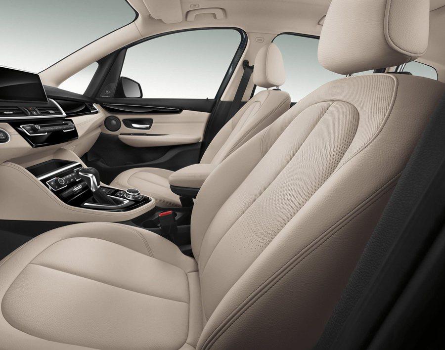 全車系標準配備雙前座電動跑車座椅含駕駛座記憶裝置。 BMW提供