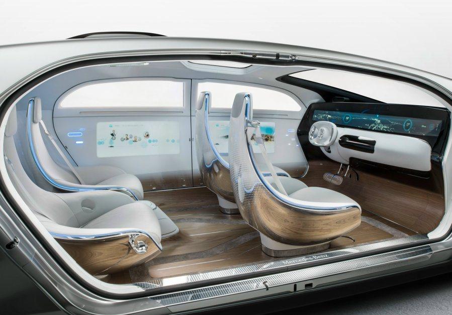 車艙內部配備大型觸控面板,所有功能操作均可在此完成操作,亦可透過App讓汽車自動...