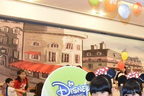 可愛雙胞胎左左右右今天下午到高雄夢時代參加「Disney Channel20周年展」活動,第一次開氣模噗樸車就差點爆衝,兩人都說,開車很好玩。兩人在夢時代又唱又跳,默契十足,談起課業,兩人都說喜歡國...