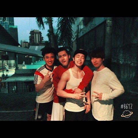 最近忙著進行巡迴演唱會的Super Junior東海,昨日於個人的Instagram上寫下「Indonesia~~室內足球&籃球 ^^」,並po上了一張成員們合照的照片,照片中東海穿著白色背...