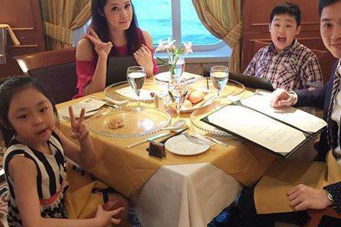 演藝圈的「黃金大嫂」洪百榕,與宋達民育有一子一女。昨日在臉書上分享了一家人開心搭遊輪「出國」玩的照片,並說此次的遊輪之旅對他們家來說意義重大。而不坐飛機出國玩的原因卻是「三年前發現寶妹是聽損兒的時候...