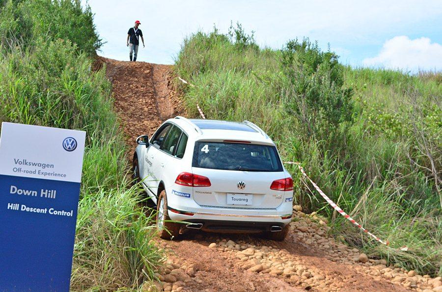 上陡坡,上坡輔助Hold住車子而不後滑,讓我們可從容地攻頂。 記者趙惠群/攝影