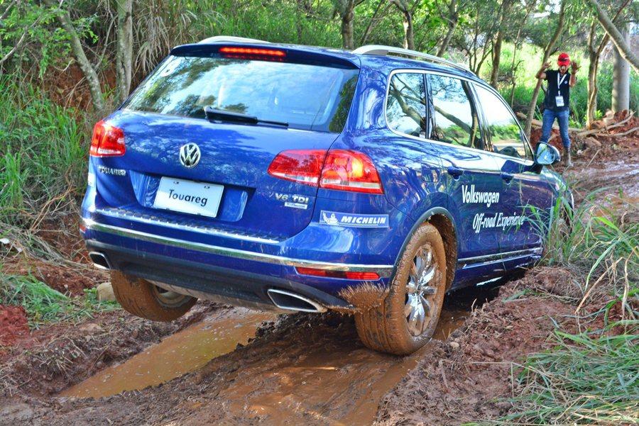 最艱難的關卡便便是連續長坑洞地形,Touareg它的蠕行也展現十分堅實的戰力,後輪不時懸空,透過打滑車輪進行煞車,扭力全數分給其他車輪,如此車子就能輕鬆過關。 記者趙惠群/攝影