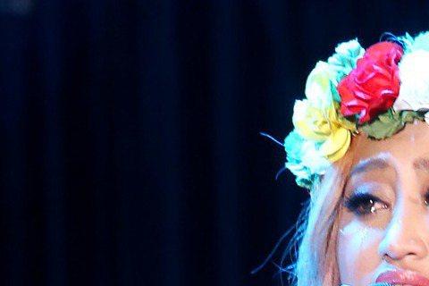 歌手家家今晚開唱,安可時穿卑南族服飾登場,光著腳丫站在舞台鋪的草皮上,唱「魯冰花」時,家家不禁落淚,坐在台下的媽媽也哭了。家家晚間在台北國際會議中心舉辦首場個人大型演唱會「飛」,吸引3000人朝聖,...