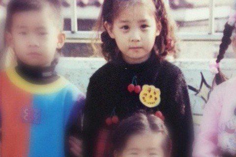 昨天(5月5日)是韓國兒童節,少女時代的老么徐玄在個人Instagram上曬出童年照,無辜小眼神配上肉肉的臉蛋兒,讓人好想捏一把啊~徐玄祝大家兒童節快樂,希望大家能常保赤子之心喔。