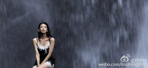 台灣第一名模林志玲6日在微博公布一張穿白蕾絲黑色細肩帶性感睡衣,坐在瀑布前的「求雨照」。大陸網友貼文說,「美爆了」,還有人說「是時候請蕭敬騰登場了」。林志玲6日晚間在個人微博上分享一張「求雨照」,露...