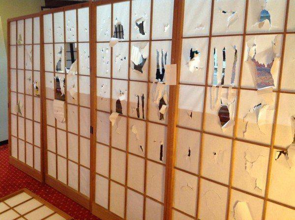 台灣旅客 在日本溫泉旅館把紙拉門當戳戳樂玩。 圖/擷取自MiKi Juan臉書