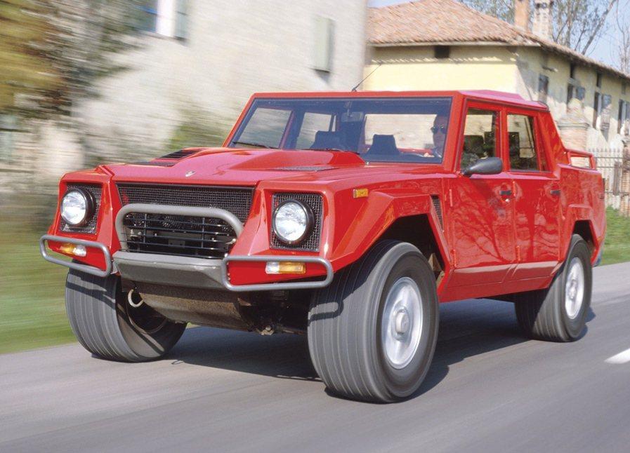 1986年Lamborghini曾推出LM002休旅車,有四門四座和有貨斗的皮卡...