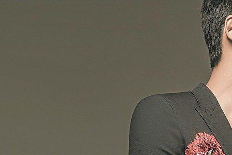 周迅與老公高聖遠為時尚雜誌「美麗佳人」同台拍攝封面,浪漫畫面宛如再度拍攝婚紗,中文不好的高聖遠在拍攝時,大部分時間只是在笑,並在旁人都未注意時和妻子甜蜜相視而笑,氛圍浪漫但單純,周迅說:「也許是因為...