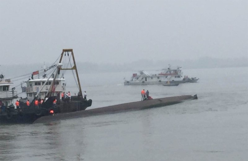 長江客輪沉沒現場。圖擷自鳳凰網