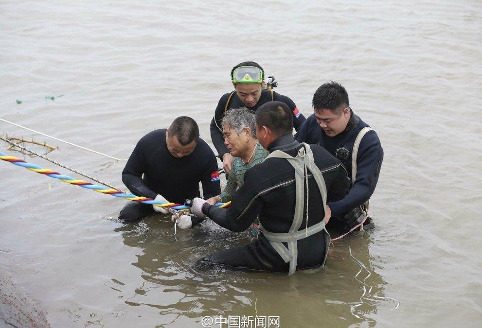 8旬老婦被救起。圖擷自中新網