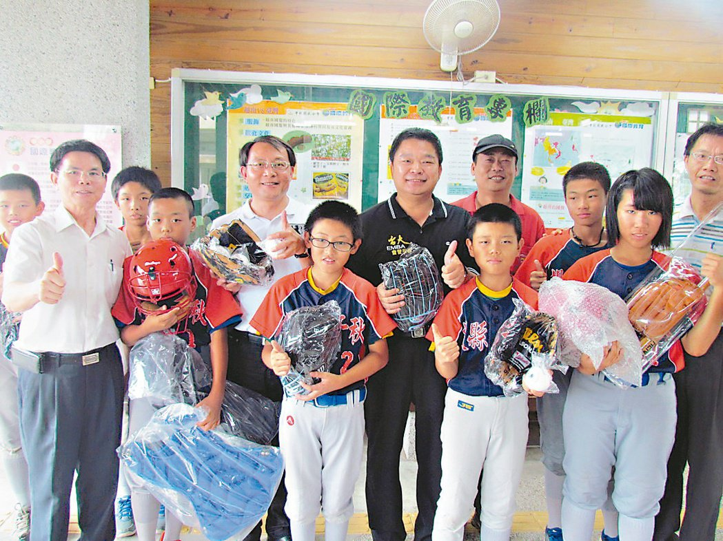 立委蔡煌瑯(中,著黑衣者)昨天捐贈棒球用具給千秋國小等三所小學的少棒隊。 記者張...