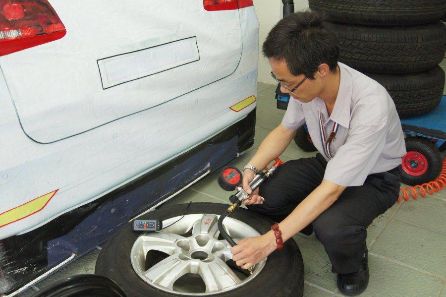 胎壓太高或太低亦會影響行車安全,嚴重時可能會造成輪胎變形或爆胎。 記者林翊民/攝...