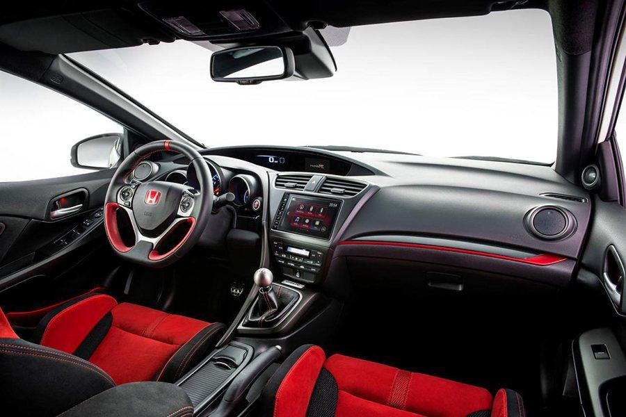 史上最強的 Civic Type R當然要搭配非常熱血的內裝設計氛圍。 Hond...